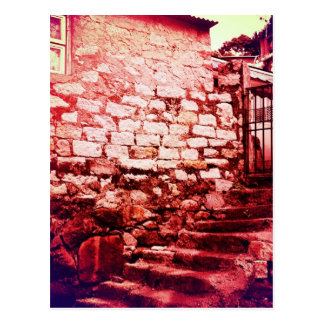 Mur en pierre et carte postale en pierre