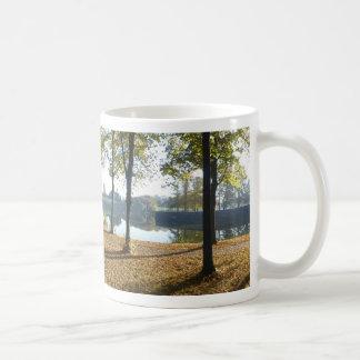 Murs de ville et tasse de café panoramiques