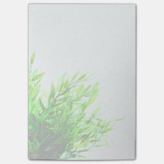 Nature de plante verte s'élevant faisante du post-it®
