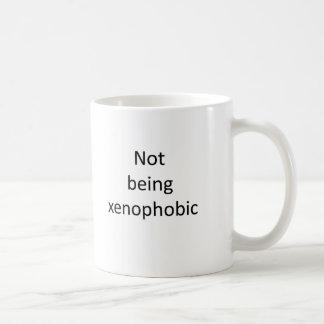 Ne votant pas pour la xénophobie. (ou travail) mug blanc