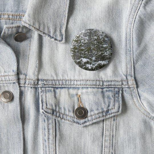 Neige sur des branches de pin badge rond 5 cm