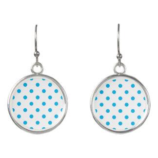 Nieuwe oorringen in winkel: blauw en wit Stip