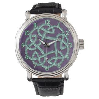 Noeud celtique vert sur la montre classique
