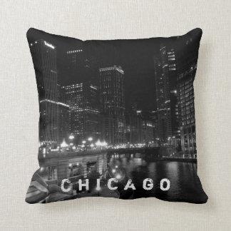 Noir et blanc de vue de nuit de Chicago Coussin
