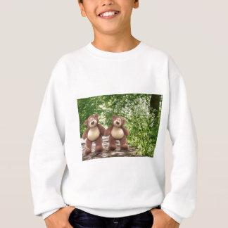 Nounours dans le T-shirt de l'enfant en bois