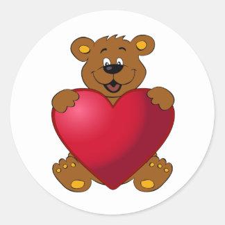Nounours heureux avec la bande dessinée de coeur sticker rond