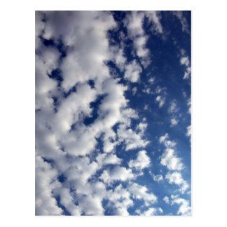 Nuages gonflés sur le ciel bleu carte postale