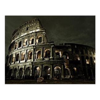 Nuit foncée à la carte postale de Colosseum