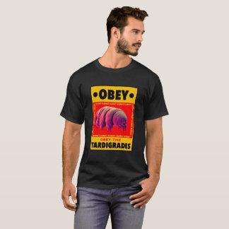 OBÉISSEZ le T-shirt foncé des hommes de