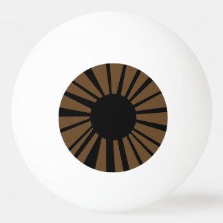 Oeil brun clair avec l'élève noir sur le globe balle de ping pong