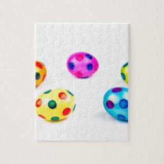 Oeufs de pâques peints colorés de poulet de groupe puzzle