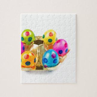 Oeufs de pâques peints dans le plateau d'or puzzle
