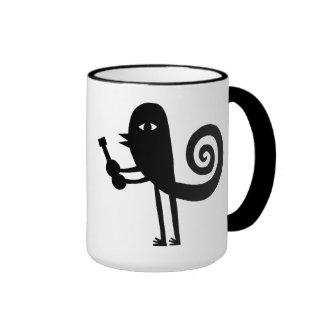 Oiseau drôle avec une guitare mug ringer