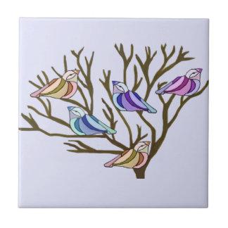 Oiseaux dans le carreau de céramique d'arbres
