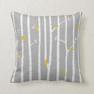 Oiseaux en jaune de blanc gris d'arbres de bouleau oreillers