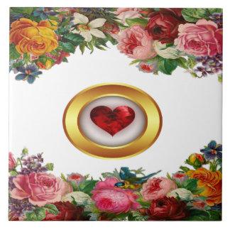 Or floral et carreau de céramique de coeur rouge