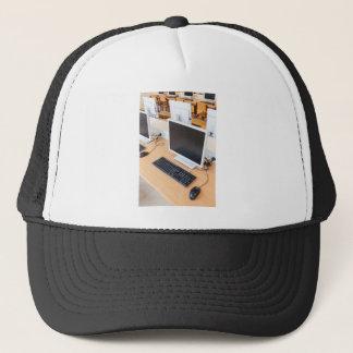 Ordinateur de bureau dans la classe d'ordinateur casquette