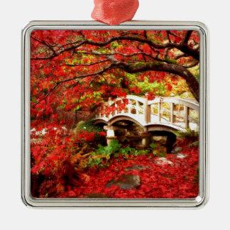 Ornement Carré Argenté Arbres d'érable d'automne par un pont en