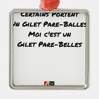ORNEMENT CARRÉ ARGENTÉ CERTAINS PORTENT UN GILET PARE-BALLES, MOI C'EST