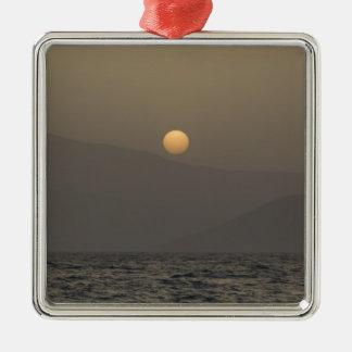 Ornement Carré Argenté Coucher du soleil au-dessus des montagnes d'île de