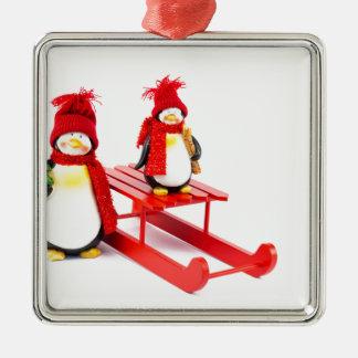 Ornement Carré Argenté Deux pingouins avec le traîneau et l'arbre de Noël