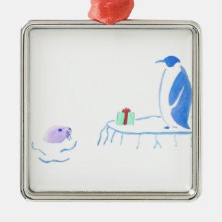 Ornement Carré Argenté Le pingouin donne à joint un cadeau