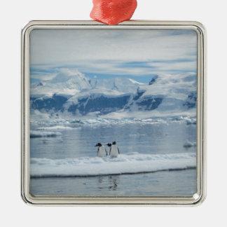 Ornement Carré Argenté Pingouins sur un iceberg