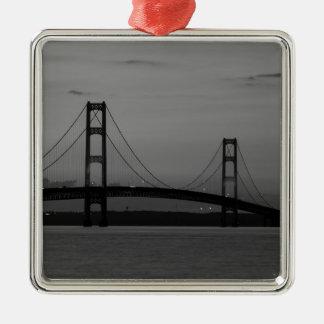Ornement Carré Argenté Pont de Mackinac à la gamme de gris de crépuscule