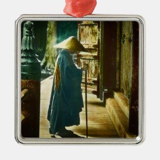Ornement Carré Argenté Prêtre de prière dans la vieille lanterne magique