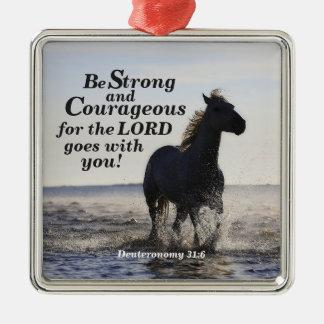 Ornement Carré Argenté Soyez cheval fort et courageux de Deut 31 de vers