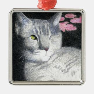 Ornement Carré Argenté Un chat tigré observé de gris de Jack