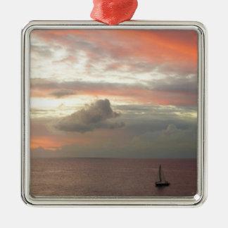 Ornement Carré Argenté Voilier dans le beau paysage marin de nuages de