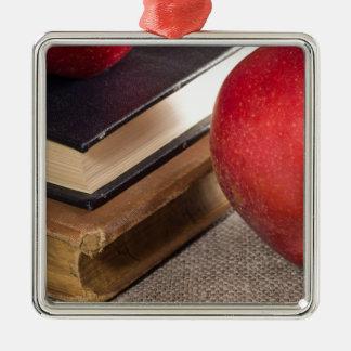 Ornement Carré Argenté Vue en gros plan des pommes rouges et vieux