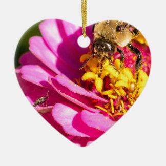 Ornement Cœur En Céramique abeille et insecte se tenant sur une fleur pourpre