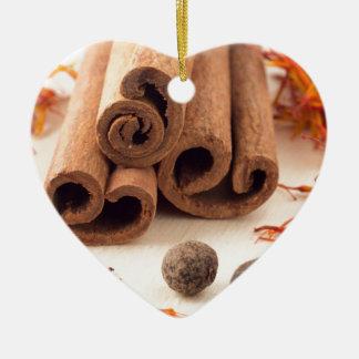 Ornement Cœur En Céramique Bâtons de cannelle, safran aromatique et piment