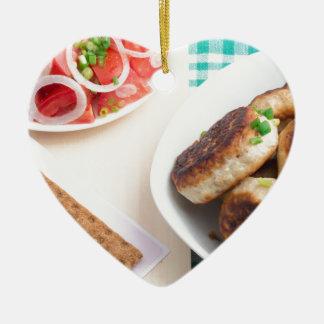 Ornement Cœur En Céramique Boulettes de viande frites faites maison sur une