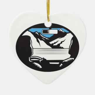 Ornement Cœur En Céramique Le conducteur recherchant l'ovale de pare-brise de