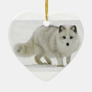 Ornement Cœur En Céramique Le Fox arctique blanc se mélange dans la neige