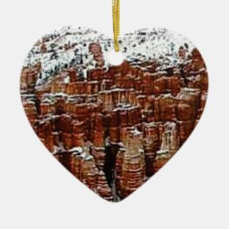 Ornement Cœur En Céramique neige et glace dans le formationsf de roche