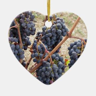 Ornement Cœur En Céramique Raisins rouges sur la vigne. La Toscane, Italie