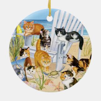 Ornement en céramique rond de chatons de plage