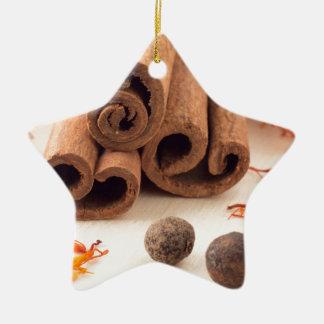 Ornement Étoile En Céramique Bâtons de cannelle, safran aromatique et piment