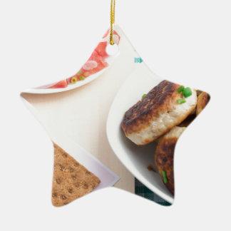 Ornement Étoile En Céramique Boulettes de viande frites faites maison sur une