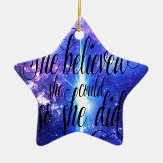 Ornement Étoile En Céramique Elle a cru en cieux iridescents