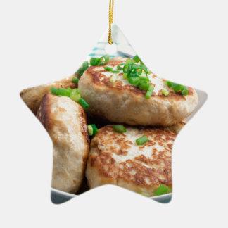 Ornement Étoile En Céramique Hamburgers de poulet et salade faits maison de