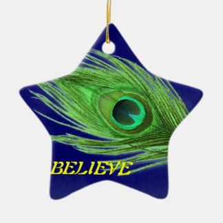 Ornement Étoile En Céramique La plume verte de paon sur le bleu croient