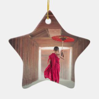 Ornement Étoile En Céramique Moine bouddhiste avec le parapluie rouge