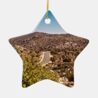 Ornement Étoile En Céramique Route isolée de désert d'arbre de Joshua
