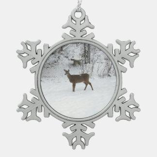 Ornement Flocon De Neige Montre de position de cerfs communs dans la neige