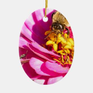 Ornement Ovale En Céramique abeille et insecte se tenant sur une fleur pourpre